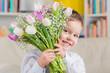 kleiner junge mit tulpenstrauß zum muttertag - 134441045