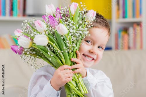 Fototapeta kleiner junge mit tulpenstrauß zum muttertag
