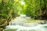 Piękny i zapierający dech w piersiach wodospad, wodospad Huay Mea Kamin