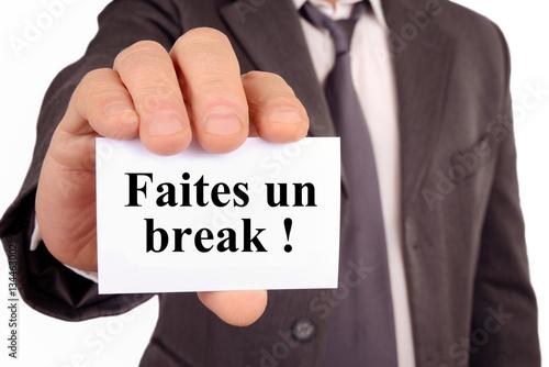 Poster Homme tenant une carte avec faites un break écrit dessus