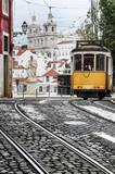 Stary tramwaj na ulicach Lizbony