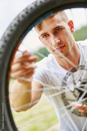 Poster Mann flickt Reifen