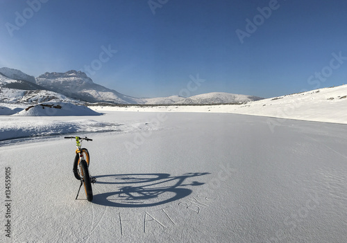 Poster kar üzerinde kalın tekerlekli bisiklet sürmek
