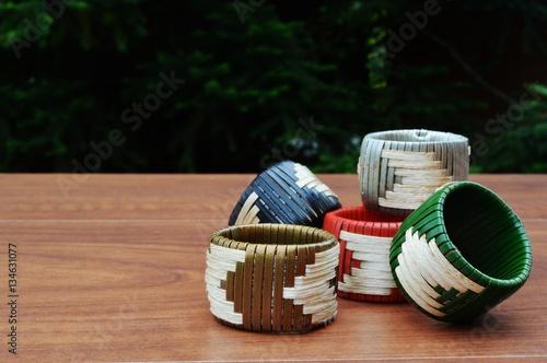 Guardanapos e presilhas ou anéis artesanais, para serviço de mesa Plakát