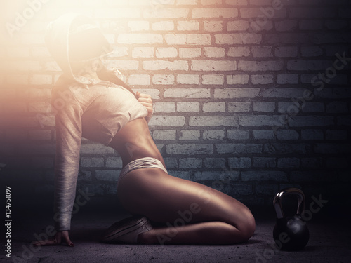 Valokuva Fitness woman posing with kettle bell in crossfit training