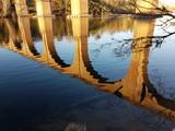 Reflet d'un pont dans l'eau