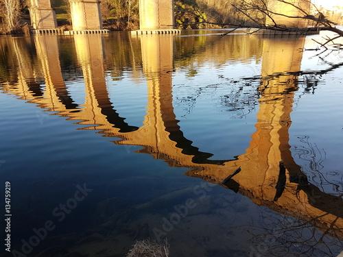 Poster Reflet d'un pont dans l'eau