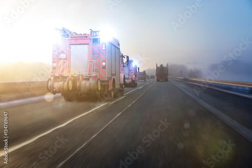 Wóz strażacki na autostradzie