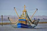 heimkehrender Krabbenkutter im Wattenmeer vor Neuharlingersiel,Nordsee,Ostfriesland,Deutschland