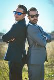 Dos chicos jóvenes con traje