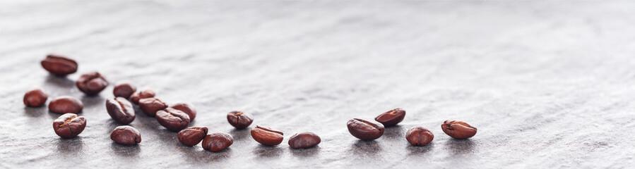 Kaffeebohnen auf heller Granitplatte, Panorama, Hintergrund © v.poth