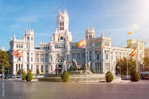 In de dag Madrid Plaza de Cibeles mit dem Brunnen und Palast Cibeles in Madrid, der spanischen Hauptstadt.
