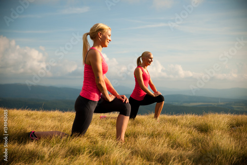 Valokuva Women workout in nature making a lunge step