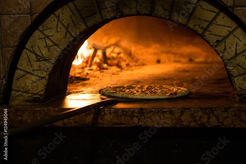 Foto Spatwand Pizzeria Pizza cucinata in forno tradizionale a legna