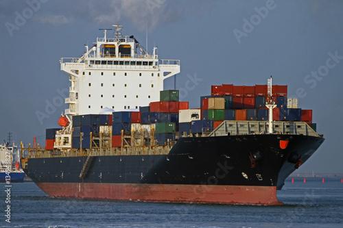 schwarzes Containerschiff in Rotterdam Hafen