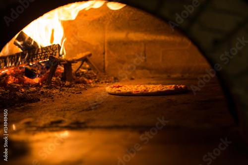 Foto op Canvas Pizzeria Pizza cucinata in forno tradizionale a legna