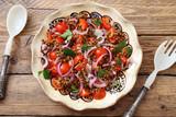 insalata vegetariana con  lenticchie pomodori e cipolla