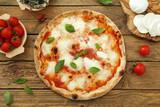pizza margherita su sfondo rustico - 134998829