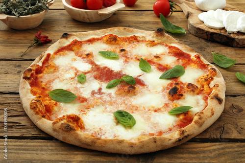pizza margherita su sfondo rustico Poster