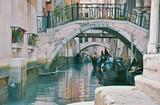 Venezia tipico ponte con gondole
