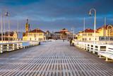 Zimny poranek, Molo w Sopocie o wschodzie słońca z niesamowitym, barwnym niebem. Zima w Polsce.