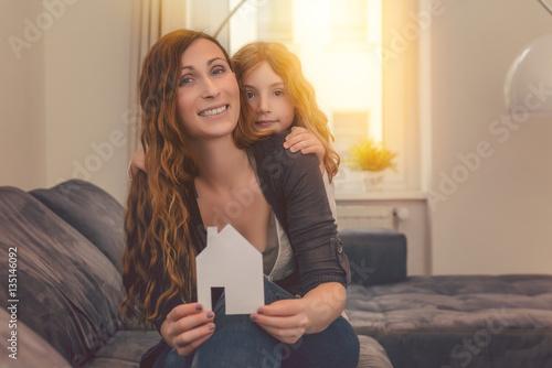 Poster mutter mit kind zuhause im neuen haus