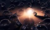 hell leuchtende Glühbirne - Einfall und Ideenfindung - 135183051