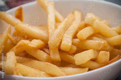 Poster frites dans un bol