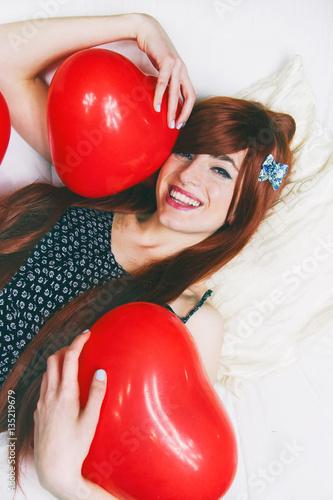 Poster Preciosa chica sujetado globos de corazón en san valentín