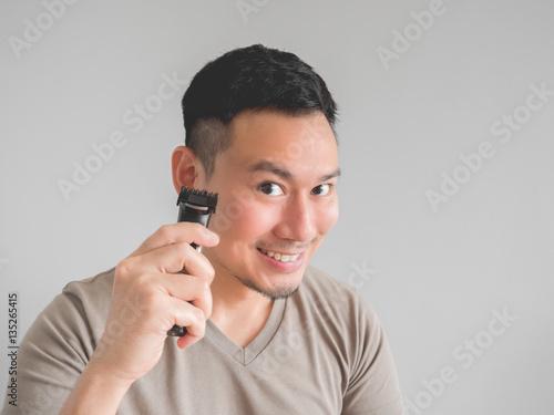 Aluminium Man cut his own hair.