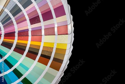 Kolor przypomnienie przewodnik próbek samodzielnie na czarnym tle.