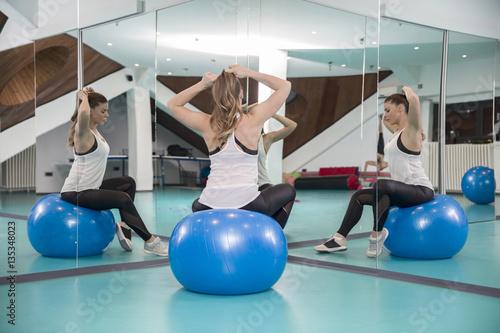Valokuva Sportive woman with a pilates ball
