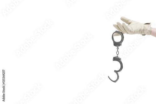 Mit Lederhandschuh bekleidete Damenhand lockt mit Handschellen