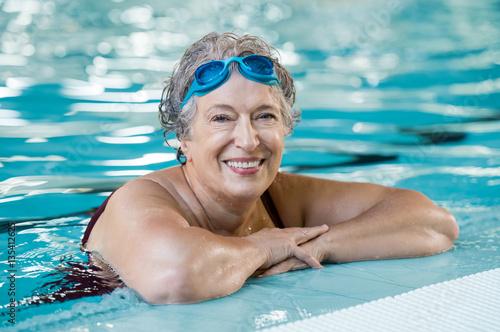 Foto Murales Elderly woman in pool