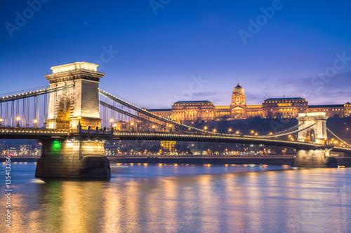 Fotobehang Boedapest sundown views to budapest chain bridge, hungary