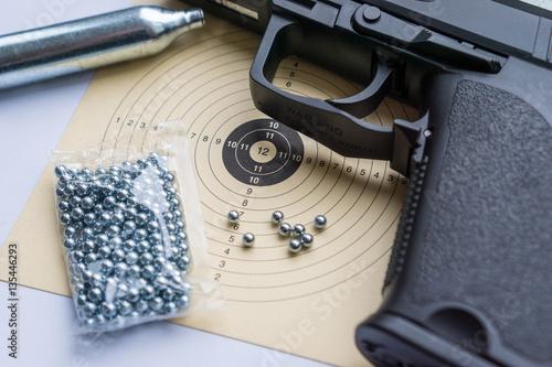 C02-Luftpistole mit Rundkugelmunition und Zielscheibe Poster