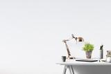 Zuhause relaxen -  Dekorativer Tisch mit Textfreiraum - 135598015