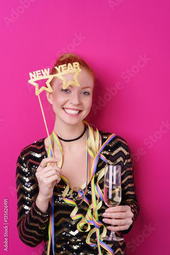 attraktive junge frau feiert eine silvesterparty - 135626491