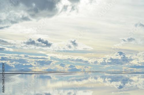 Poster Céu de nuvens ao entardecer no salar de Uyuni espelhado por água