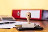 Schreibtisch mit Stempel und Büromaterial - 135689260