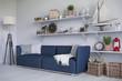 Skandinavisches, nordisches Wohnzimmer mit einem Sofa, Regalen und Deko.