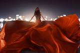 Frau mit rotem Abendkleid mit langer Schleppe - 135711091