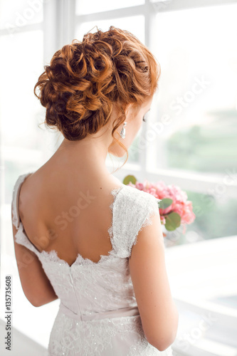 Plexiglas Kapsalon Beautiful bride with fashion wedding hairstyle
