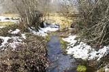viejo puente de piedra y nieve