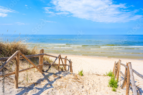 wejscie-do-piaszczystej-plazy-lubiatowo-morze-baltyckie-pol
