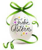Fototapety Buntes Osterei mit grüner Kringel Schleife und Kalligraphie - Frohe Ostern