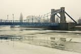 Most nad zamarzniętą rzeką