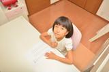 子供部屋で勉強する小学生の女の子