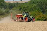Semis dans un champ par un tracteur