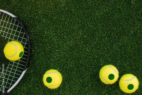 Valokuva tennis racket on green background top view